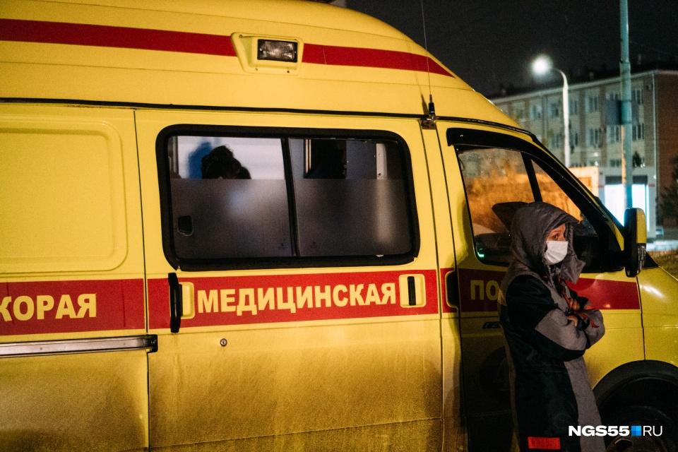Скорая помощь у здания Минздрава в Омске